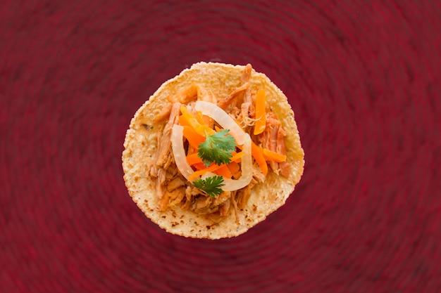 Onverpakte tortilla met vlees en groenten Gratis Foto
