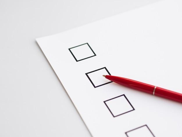 Onvolledige verkiezingsvragenlijst met pen Gratis Foto