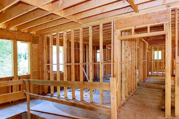 Onvoltooide van binnenaanzicht van een muur van woningbouw van huis van inlijsten tegen Premium Foto