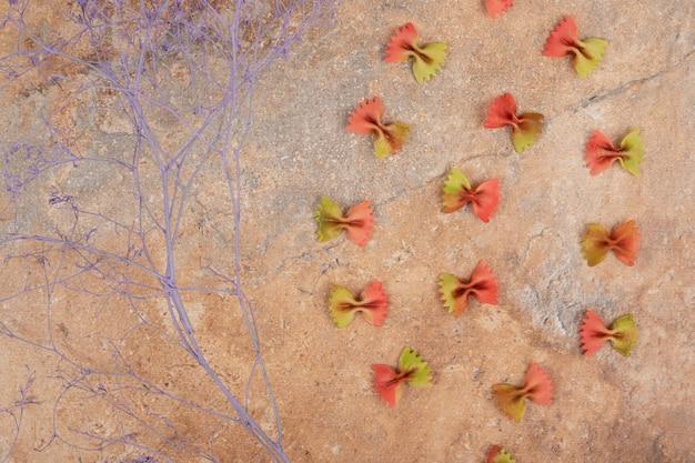 Onvoorbereide verse pasta op marmeren achtergrond. hoge kwaliteit foto Gratis Foto