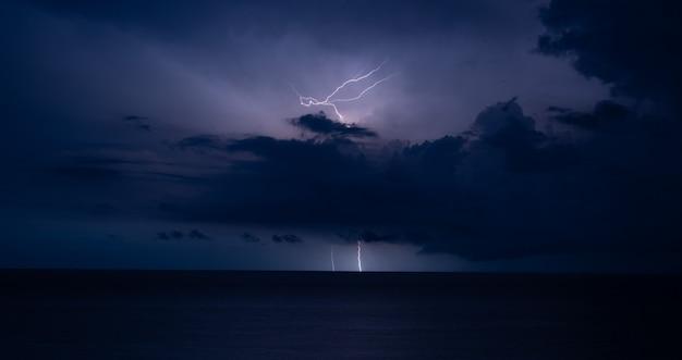 Onweer en bliksem in zee Premium Foto