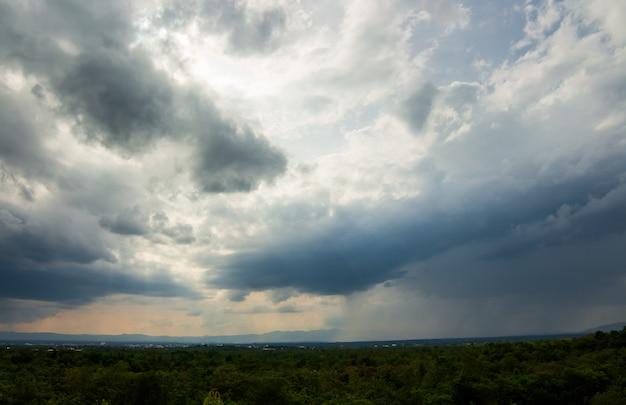 Onweersbui hemel regen wolken Premium Foto