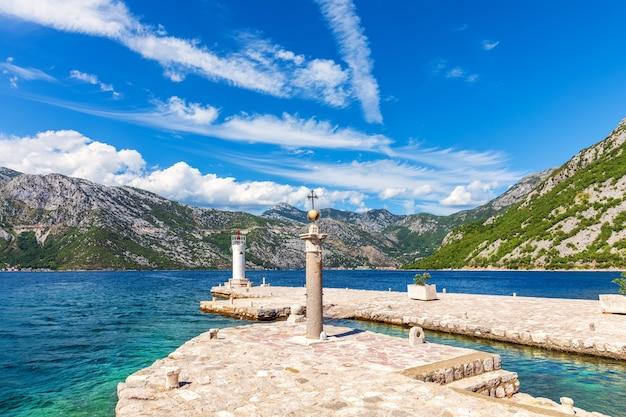Onze lieve vrouwe van de vuurtoren van de rotsen, baai van kotor, montenegro. Premium Foto