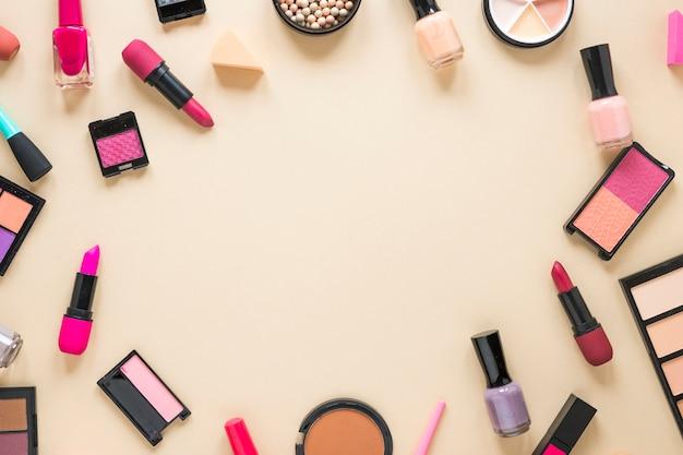 Oogschaduwwen met lippenstiften op beige lijst Gratis Foto