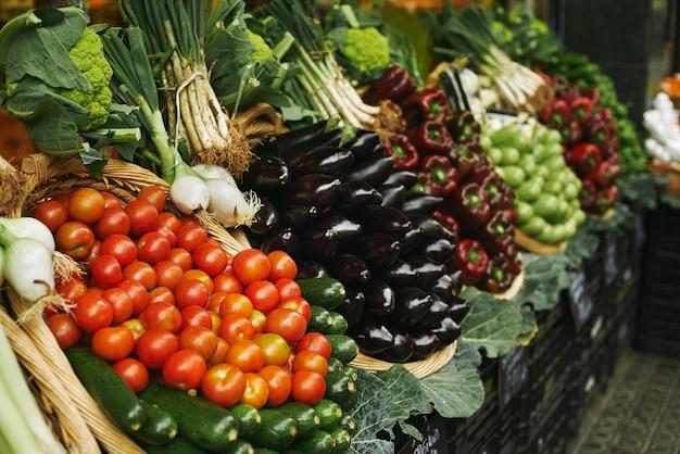Oogst van verse groente in manden die buiten op de markt te koop worden gepresenteerd Gratis Foto