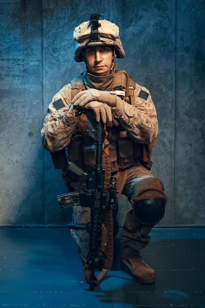 Oorlog, leger, wapenconcept. particulier militair geweer met geweer Premium Foto