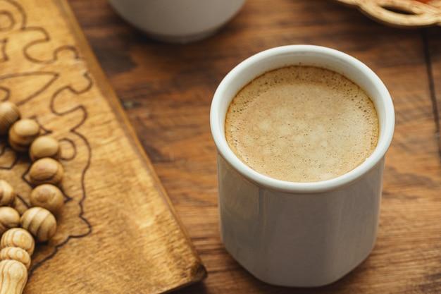 Oosterse religieuze kralen close-up op een houten tafel met koffie Premium Foto