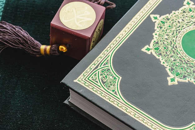 Oosterse religieuze kralen close-up op een houten tafel Premium Foto