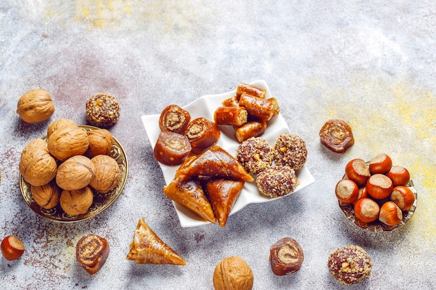 Oosterse zoetigheden, diverse traditionele turkse lekkernijen met noten. Gratis Foto