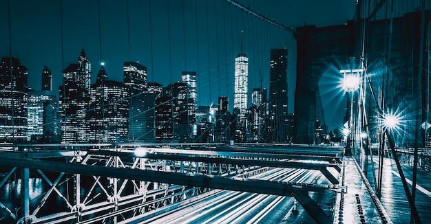 Op brooklyn bridge 's nachts met autoverkeer, ny, vs. Premium Foto