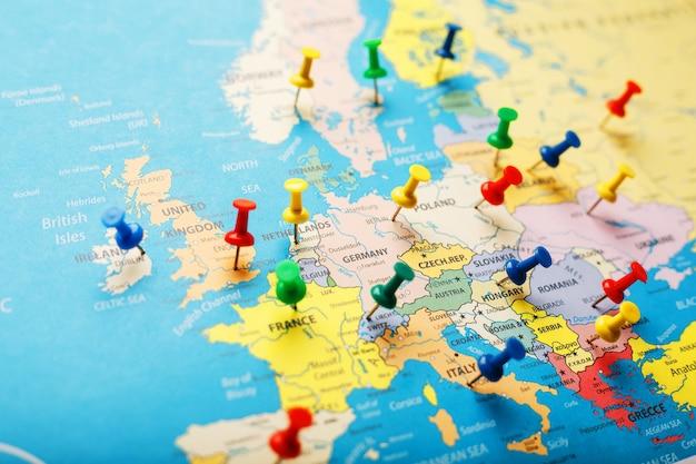 Op de kaart van europa geven de gekleurde knoppen de locatie en coördinaten van de bestemming aan Premium Foto