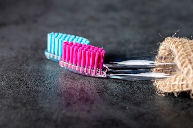 Op de marmeren tafel staan twee tandenborstels. Premium Foto
