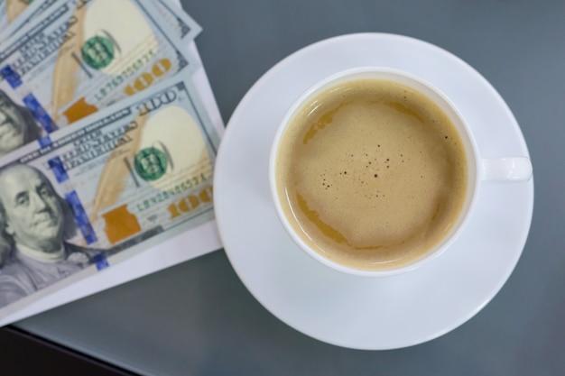 Op de tafel contract geld kopje koffie, bovenaanzicht. Premium Foto