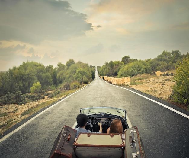 Op een roadtrip gaan Premium Foto