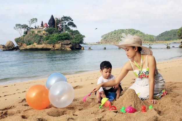 Op het strand spelen met kinderen in de zomer Premium Foto