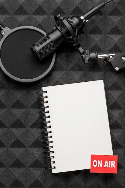 Op lucht blocnote en microfoon Premium Foto