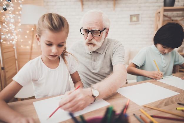 Opa leert kinderen samen gelukkige tijd te trekken. Premium Foto