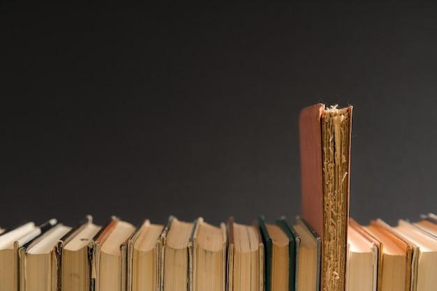 Open boek, hardcover harde kaft kleurrijke boeken op tafel. Premium Foto