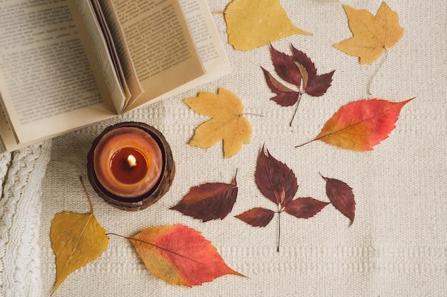 Open boek met kaarsen en bladeren Premium Foto