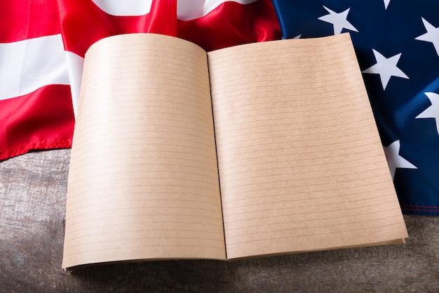 Open boek op amerikaanse vlag Premium Foto