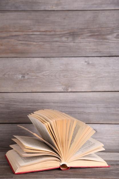 Open boek op een grijze houten tafel Premium Foto
