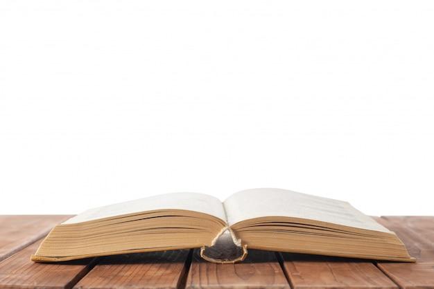 Open boek op tafel op wit geïsoleerd Premium Foto