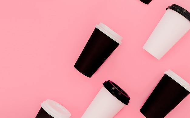 Open compositie koffie om kopjes te gaan. Premium Foto