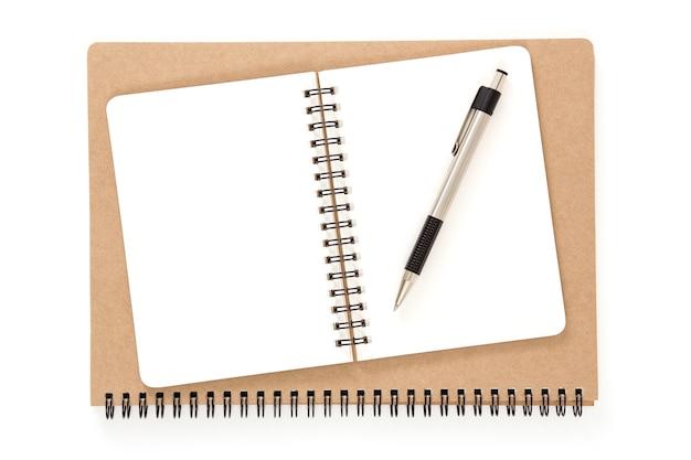 Open gerecycled notitieboekje met ringband met pen Premium Foto