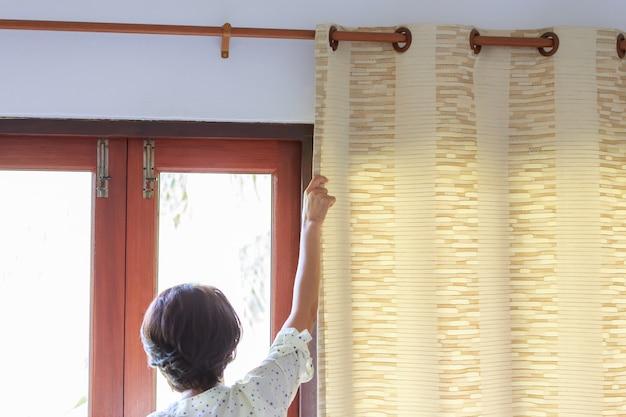 Open gordijnen op ramen. | Foto | Premium Download