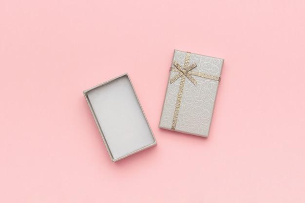 Open grijze geschenkdoos met strik op roze pastel achtergrond in minimalistische stijl mockup Premium Foto