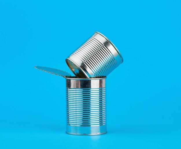 Open hard ijzeren blik voor het bewaren van voedsel op een blauw Premium Foto
