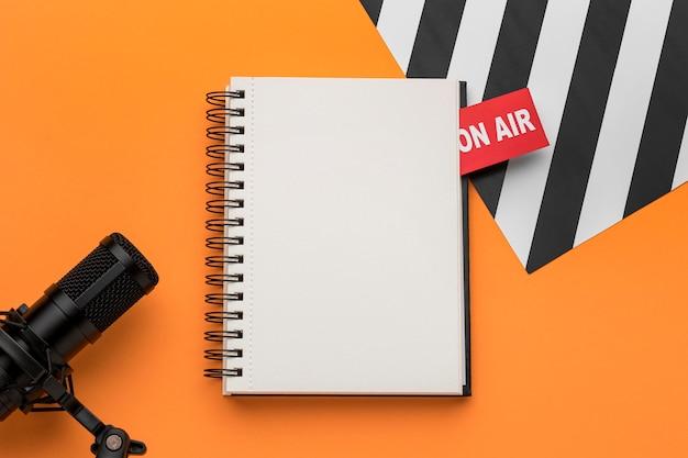 Open kopie ruimte notebook en mic bovenaanzicht Gratis Foto