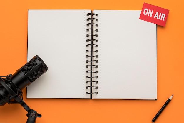 Open kopie ruimte notebook en microfoon Gratis Foto