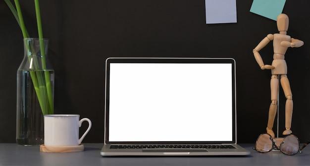 Open laptop met leeg scherm met kantoordecoraties Premium Foto