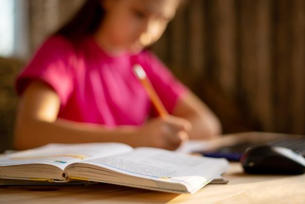 Open studentenboek met onscherpe schoolmeisje Premium Foto