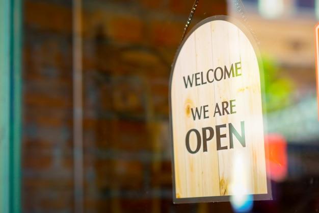 Open teken bij restaurant en winkel Premium Foto