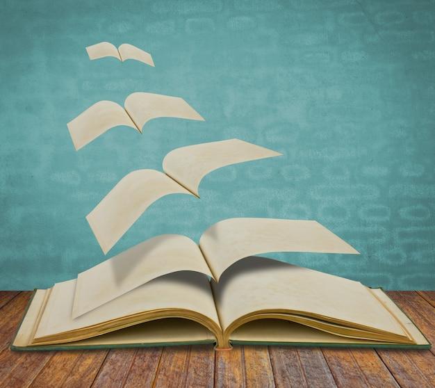 Open vliegende oude boeken Gratis Foto