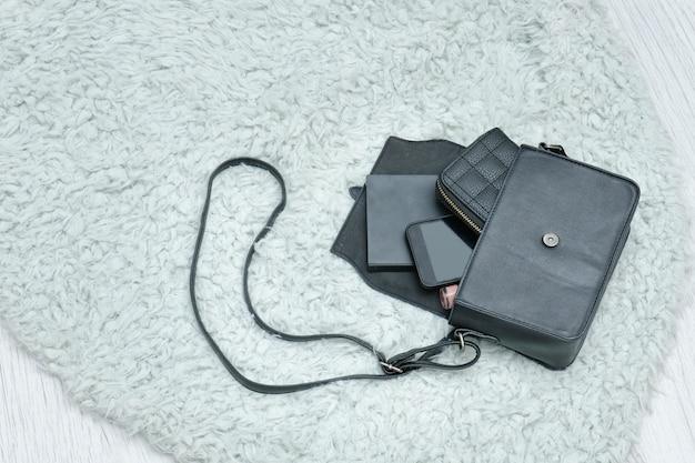 Open zwarte tas met gevallen spullen, notebook, mobiele telefoon en tas, Premium Foto