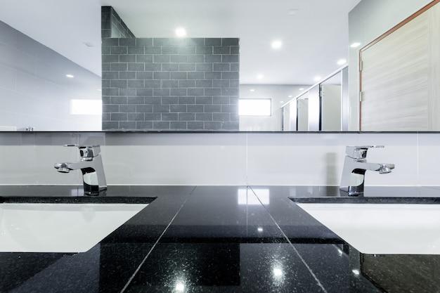 Openbaar interieur van badkamer met wastafel beklede kraan Premium Foto