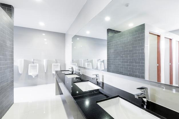 Openbare interieur van badkamer met wastafel wastafel kraan modern opgesteld. Premium Foto