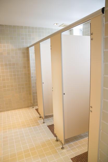 Openbare toiletten met deuren Premium Foto