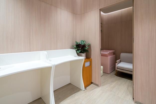 Openbare toiletten voor moeders en baby's in winkelcentra Premium Foto