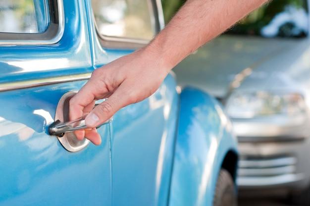 Opening auto deur, man hand opening auto deur, close-up Gratis Foto