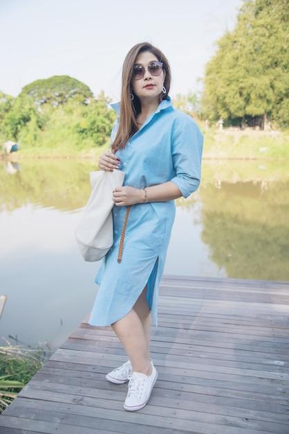 Openluchtportret aziatische vrouw Gratis Foto