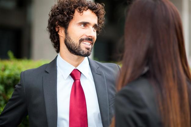 Openluchtportret van glimlachende bedrijfsmensen Premium Foto