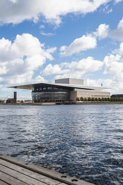 Operagebouw van kopenhagen aan het water in kopenhagen, denemarken Gratis Foto