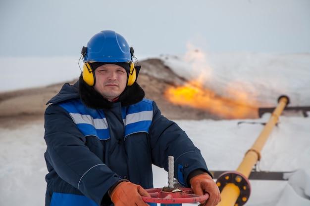 Operatortechnoloog, productiegas, een gasbron op technologiemodus. Premium Foto
