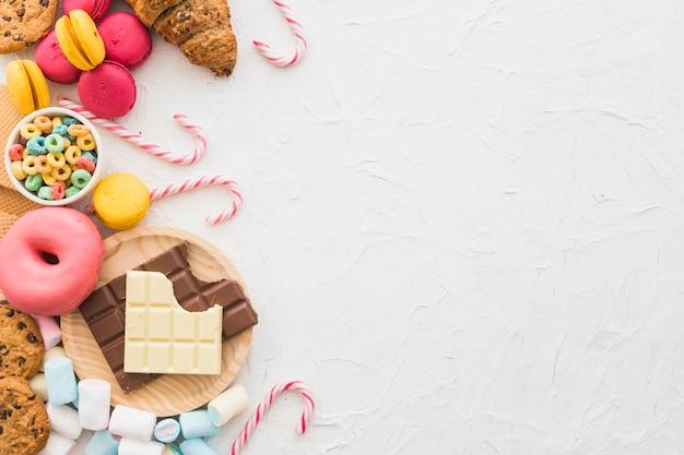 Opgeheven mening van ongezond voedsel op witte achtergrond Gratis Foto