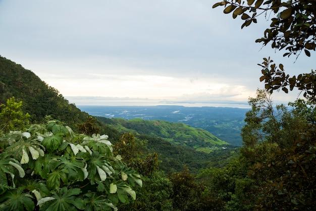 Opgeheven mening van tropische berg in costa rica Gratis Foto