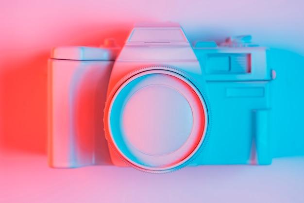 Opgeheven mening van uitstekende camera op oogstoppervlakte met blauw licht en schaduw Gratis Foto